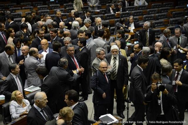 Câmara acaba com pagamento do 14º e 15º salários de parlamentares